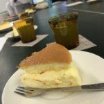 向山製作所のチーズケーキと冷茶
